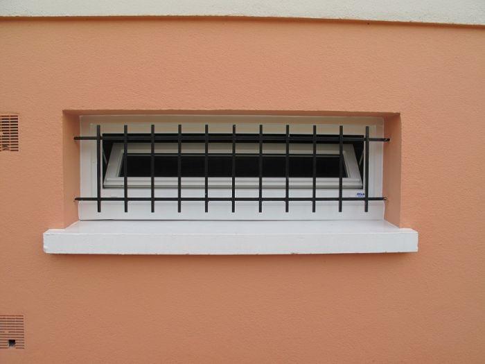 GST Rénovation - Petite fenêtre PVC avec barreaux