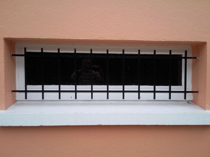 GST Rénovation - Petite fenêtre PVC avec barreaux 2