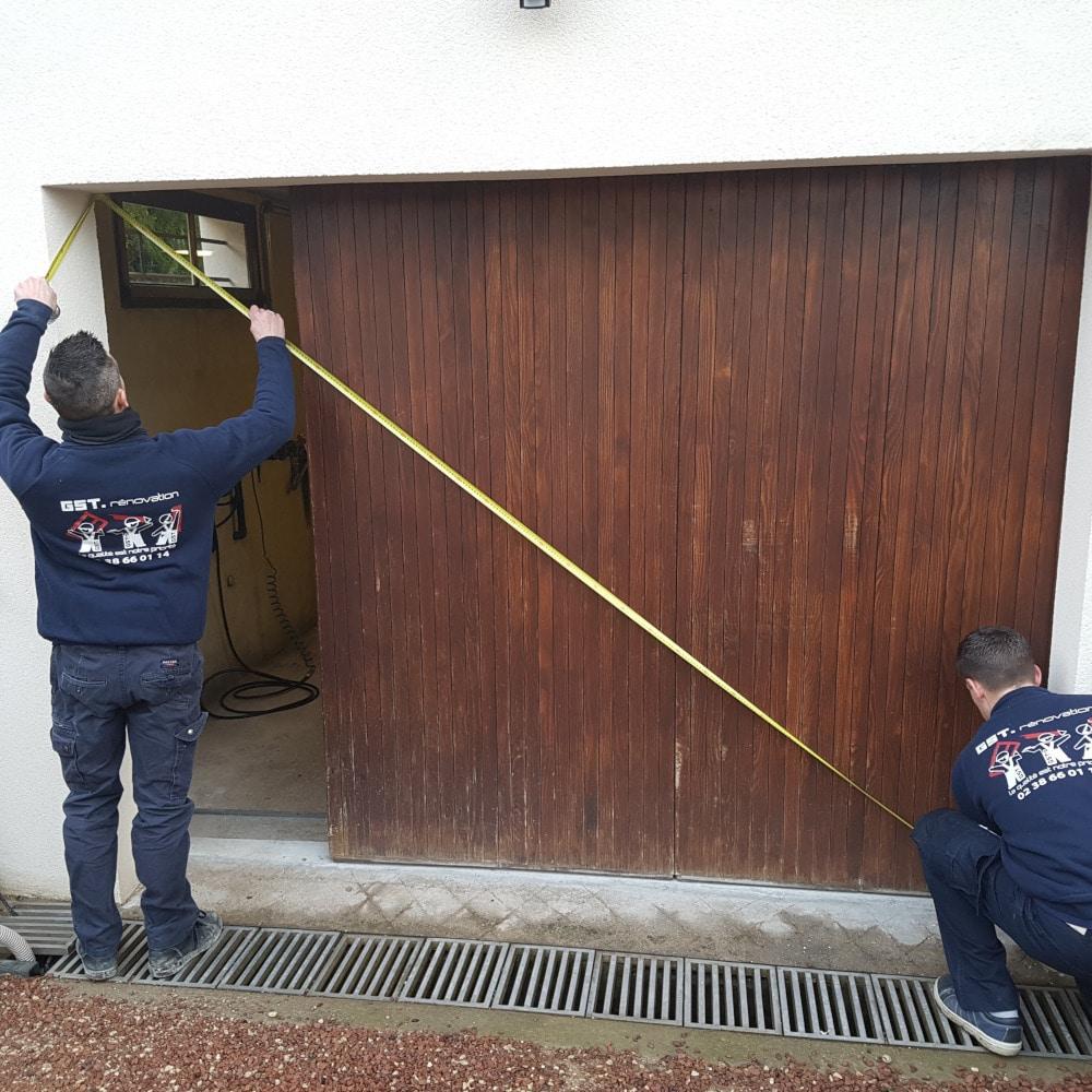 GST Rénovation - Contrôle des mesures pour la pose de la porte de garage